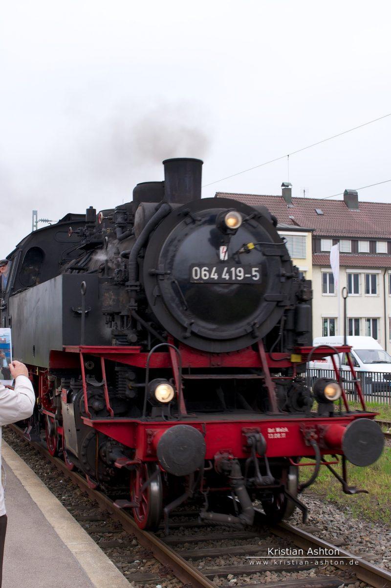 Steam loco 064 419-5 of the Swabian Forest-Railway enters Schorndorf station