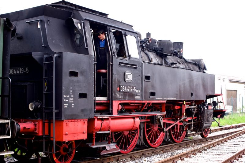 Steam loco 064 419-5 of the Swabian Forest-Railway enters Welzheim station