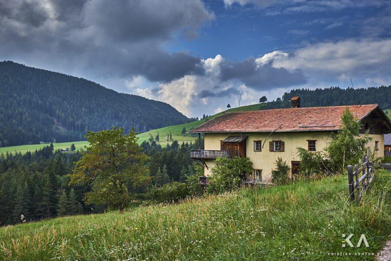 A derelict farmhouse along the Pfösl panorama path